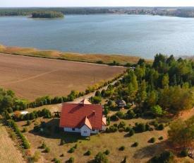 Dom na wzgórzu z widokiem na jezioro