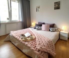Niecała 15 Queens 2 Bedroom Apartment